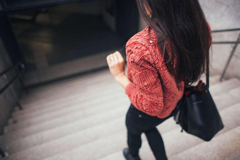 研究發現,在一天中多次進行幾分鐘的爬樓梯運動,可以改善心血管健康。(圖/pixabay)