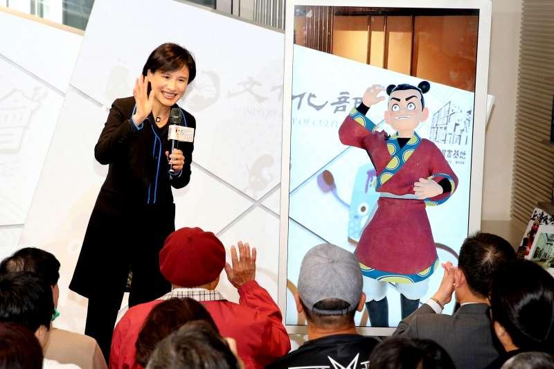 20190124-台灣漫畫基地24日正式開幕,圖為漫畫角色諸葛四郎穿越時空,與文化部長鄭麗君部長互動。(文化部提供)