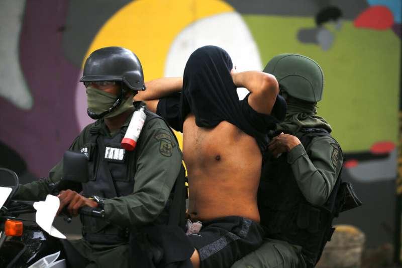 2019年1月,委內瑞拉反對派支持者走上街頭,要求馬杜洛總統下台,遭到維安部隊逮捕(AP)