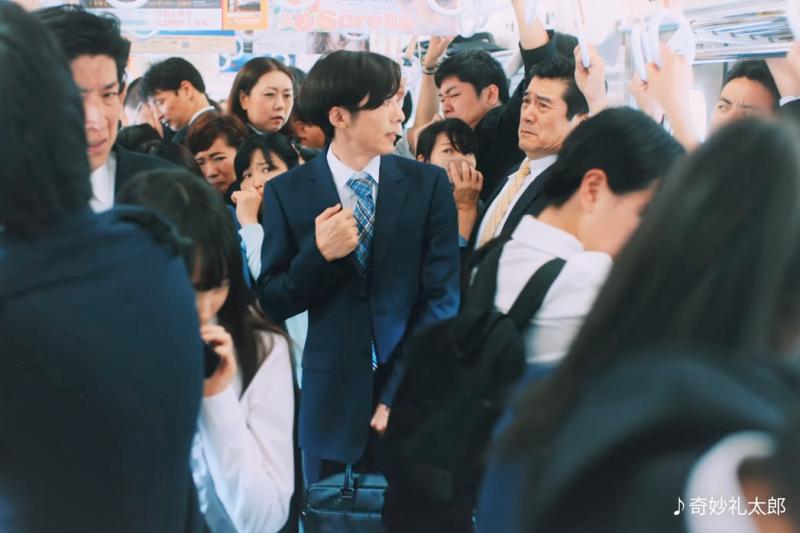 日本東京地鐵上班的「盛況」是世界聞名的,來看看日本政府出什麼奇招來紓解交通吧!(圖/取自youtube)