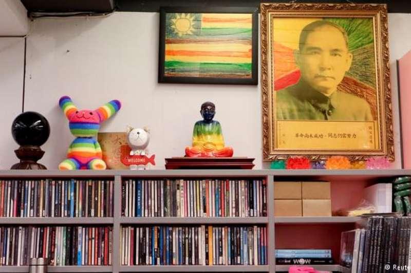 台灣同志運動在1980年代末期開始萌芽。經過30多年,許多同志已從隱密的暗櫃走出,在公領域爭取平等權利,更在2017年迎來大法官釋字748號保障同性兩人結婚自由。(DW)