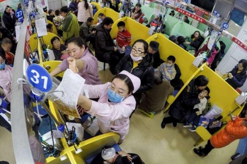 山西太原市一間保健院迫滿來求診的兒童。(中新社)