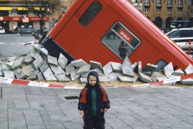 丹麥首都哥本哈根的愚人節,地鐵列車「衝出地面」(Wikipedia / Public Domain)