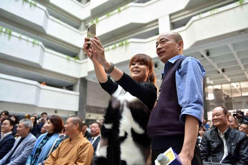 ;高雄市長韓國瑜成為兩岸和平的寄望。圖為韓國瑜與網紅行銷高雄。(高雄市政府)