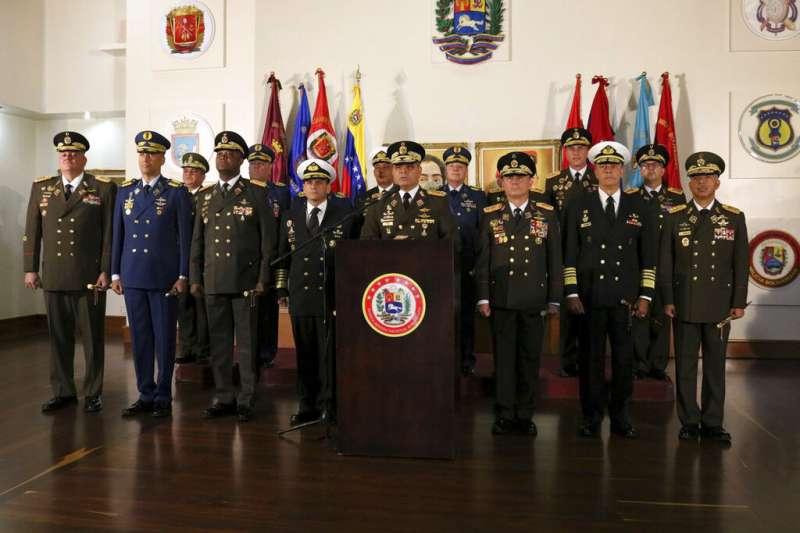 委內瑞拉國防部24日發布一張相片,宣示軍方仍效忠力挺總統馬杜洛。(美聯社)