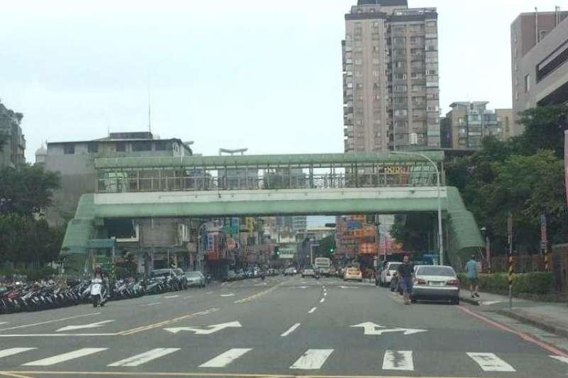 新北市政府養工處將使用率低的新店民族陸橋進行拆除後,能讓既有人行道更為寬敞,讓市容景觀加分。 (圖/新北市工務局提供)