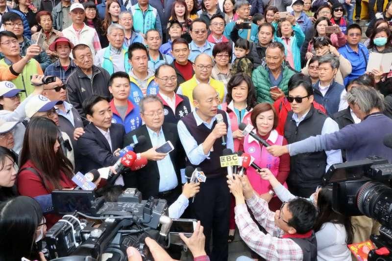 高雄市長韓國瑜到高雄玉皇宮上香祈福。(高雄市政府提供)