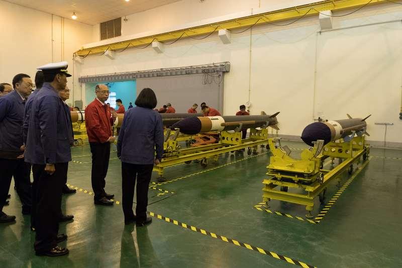20190126-總統蔡英文25日前往中科院系統製造中心,了解飛彈武器系統的量產情況。(總統府提供)