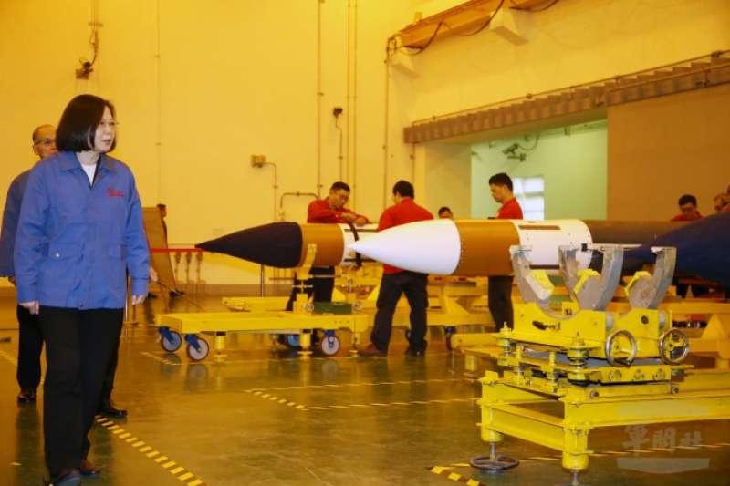 20190126-總統蔡英文25日前往中科院系統製造中心,聽取飛彈量產簡報。圖為蔡英文視察弓三型飛彈生產線。(軍聞社提供)