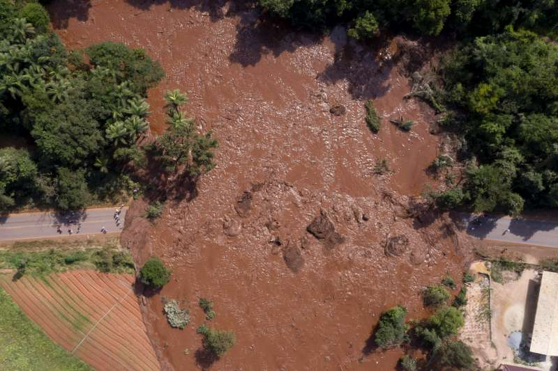 巴西水壩潰堤湧出的泥流已造成當地將通中斷,當局緊急加派直昇機吊掛救援。(美聯社)