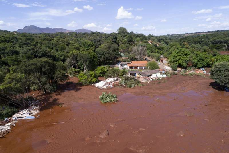 在2015年的潰堤事件中,數百萬噸有毒泥流一路流瀉,造成巴西史上最嚴重的生態浩劫。(美聯社)