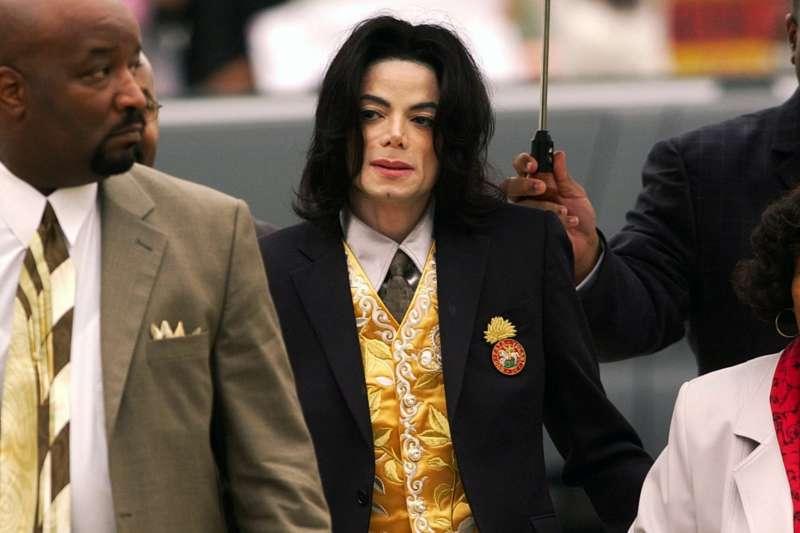 2005年,麥可.傑克森準備出庭受審(美聯社)