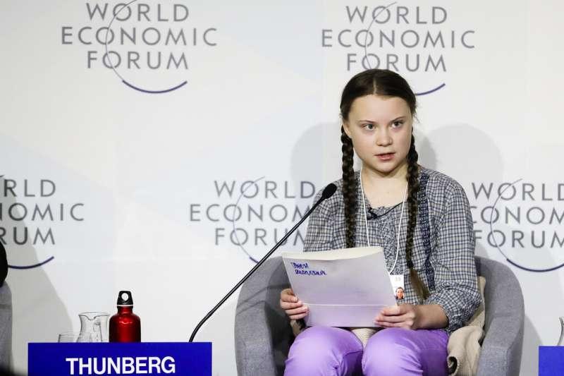 16歲的桑伯格(Greta Thunberg)在世界經濟論壇發表演說,呼籲各國領袖正視氣候危機並採取行動。(美聯社)