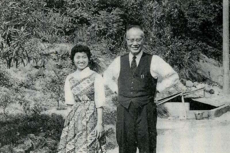 1956年在世新大學的成露茜和父親成舍我(Wikipedia / Public Domain)