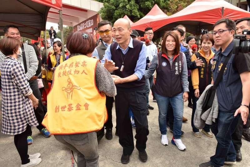 創世基金會在高雄中正高工舉辦「寒士吃飽30」愛心尾牙宴,高雄市長韓國瑜(前左三)到場打氣。(高雄市政府提供)
