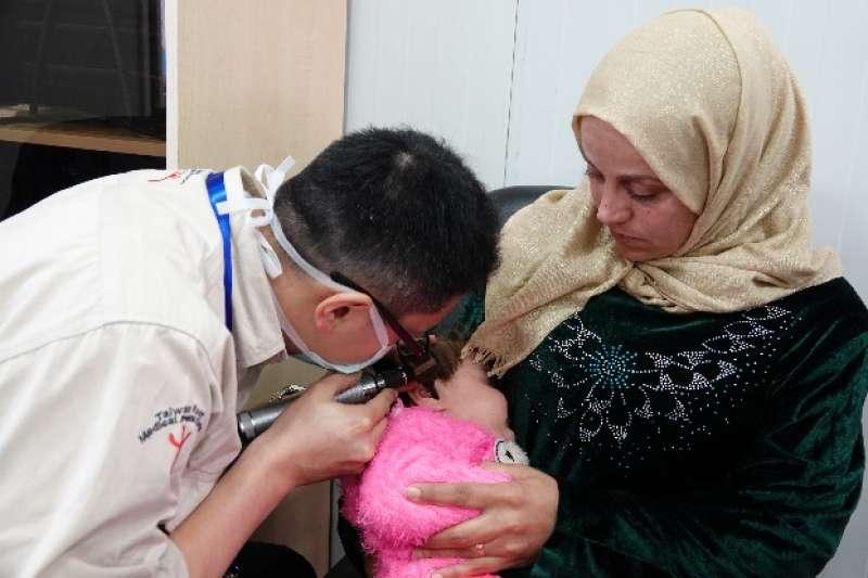 20190127-天如專題配圖-在5天總計2171名求診患者中,兒童的比例就高達60%,且平均一天至少就有5、6名先天聽力缺損的小朋友,在家長的陪同下前往。(台灣路竹會提供)