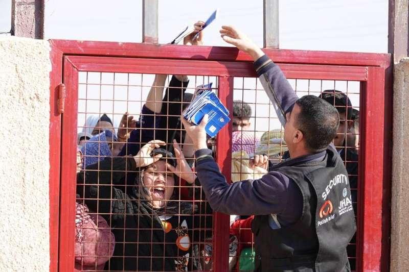 位在約旦札塔里的難民營收容了8萬5000多名敘利亞難民,是目前全球第二大的難民營。台灣路竹會駐營義診5天過程中,每天都吸引大批難民手持約旦政府發給的健康護照,在營外大排長龍等候看診。(台灣路竹會提供)