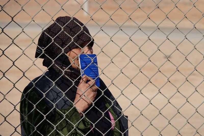 20190127-天如專題配圖-位在約旦札塔里的難民營收容了8萬5000多名敘利亞難民,是目前全球第二大的難民營。台灣路竹會駐營義診5天過程中,每天都吸引大批難民手持約旦政府發給的健康護照,在營外大排長龍等候看診。(台灣路竹會提供)