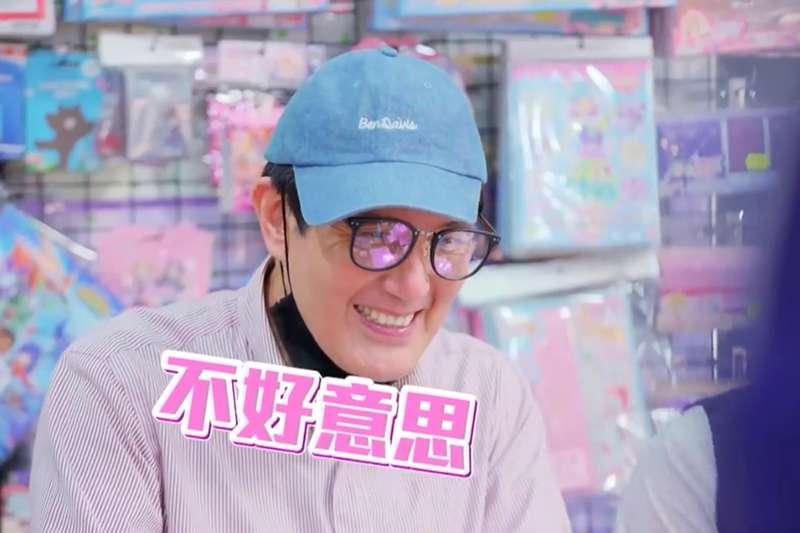 前總統馬英九扮「一日店員」,起初推銷馬的新書被拒絕,後來露出真面目追加簽名,一口氣賣30本。(截自馬英九臉書「2019春聯影片」)