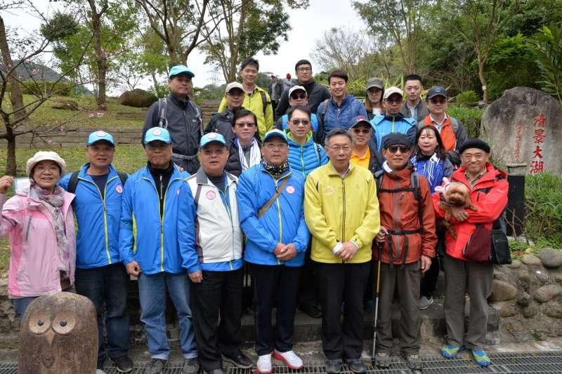 20190129-台北市長柯文哲與爬山民眾一同合影。(取自北市府官網)