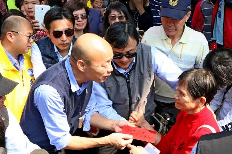 高雄市長韓國瑜赴鎮南宮祈福參拜發送紅包,他更於致詞時透露,自己將不會搬進市長官邸。(高市府提供)
