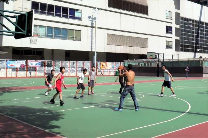 在公園的籃球場上,那種跑不快、跳不高,體能遠遠比不上年輕人,但打起球來,卻又往往能夠拿下勝場的「公園阿伯」,就能道出老鳥智慧的箇中妙處。(圖/維基百科)