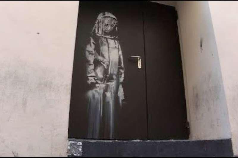 班克西在法國巴黎巴塔克蘭劇院留下的塗鴉作品遭竊(截自YouTube)