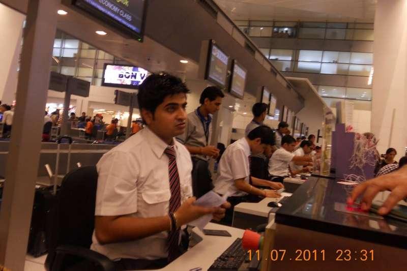 印度機場的「門面」,帥哥、美女地勤特別多。(作者提供)