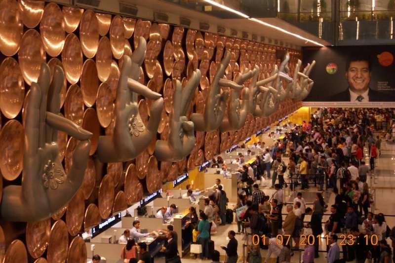 德里機場入境迎賓廳的手印牆,九種手勢各具不同象徵意義。(作者提供)