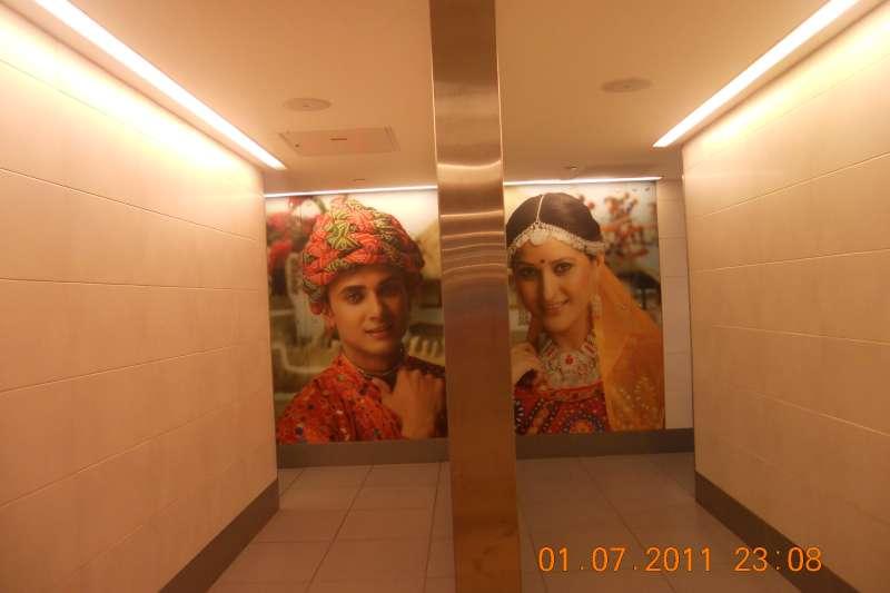德里機場別具特色的廁所門面,絕對不用擔心走錯邊。(作者提供)