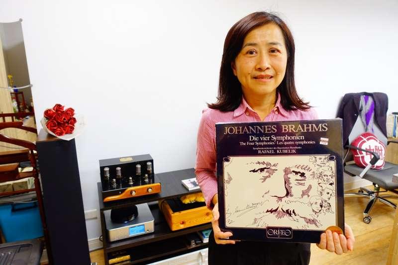 20190129-國民黨立委林奕華受訪時提到,「音樂」是她人生最好的朋友。圖為新北市副議長的陳文治送給她的黑膠唱片。(羅暐智攝)