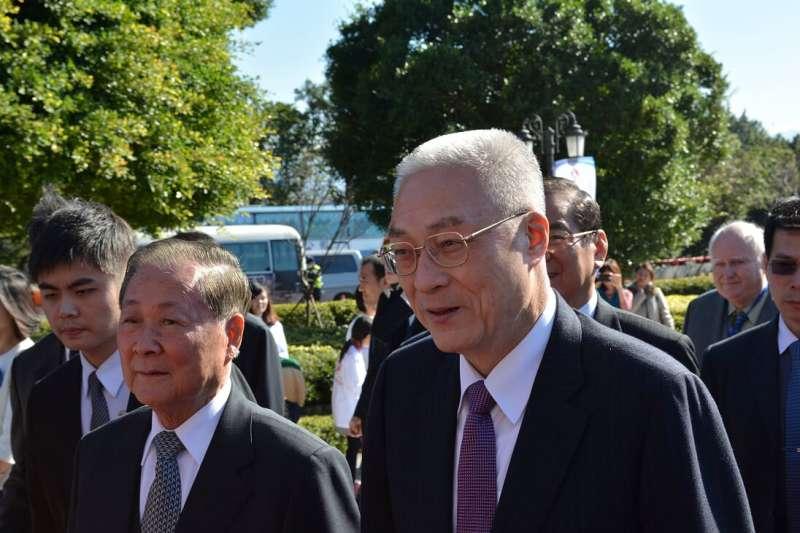 2014年1月23日,時任副總統的吳敦義出席世盟成立60周年大會,陪伴在他身旁的就是理事長饒穎奇。(作者提供)