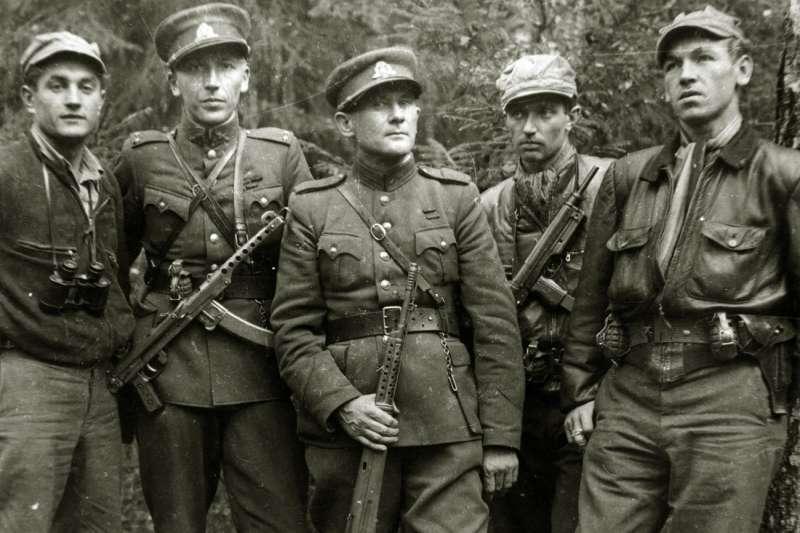 1950年,在立陶宛抵抗蘇聯紅軍的反共鬥士森林兄弟,想必他們英勇的事蹟在當年的台灣曾經為國民黨用來鼓舞復興基地的軍心士氣。然而當時許多人可能不知道,許多的森林兄弟也是二戰時的納粹軍官。