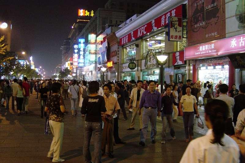 青年負債很可能成為中國社會危機,龐大的消費與負債已讓中國年輕一代對未來茫然。(圖/Go Ikeda@flickr)