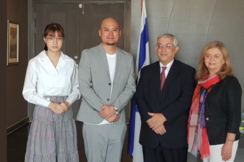 泰國女團BNK48成員Namsai(左)27日前往以色列駐泰國大使館道歉。(取自ShapiraSmadar推特)