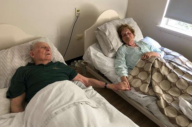 澳洲一對夫妻鶼鰈情深結縭70年,在人生最後的歲月裡,兩人接連病倒住進療養院,仍然不棄不離,直到生命盡頭仍緊握彼此的手,幾乎同時辭世。(圖/截自《每日郵報》)