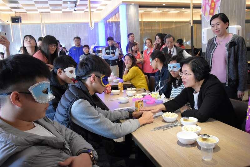 亞東醫院感染科楊家瑞主任表示,聚餐、與朋友唱歌,都可能提高感染武漢肺炎的風險。示意圖。(資料照,彰化縣政府提供)