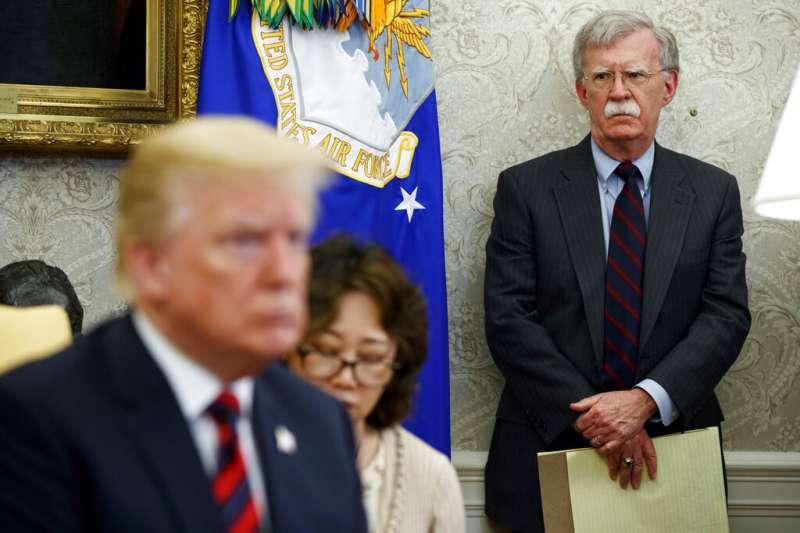 美國總統川普與白宮國安顧問波頓。(美聯社)