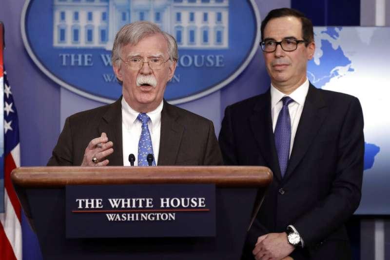 白宮國家安全顧問波頓在白宮舉行記者會,說明美國對委內瑞拉的經濟制裁。背後的世界地圖卻透露玄機。(美聯社)