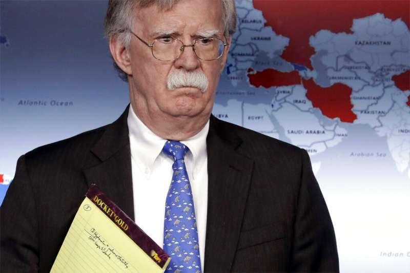 白宮國家安全顧問波頓在白宮舉行記者會,說明美國對委內瑞拉的經濟制裁。(美聯社)