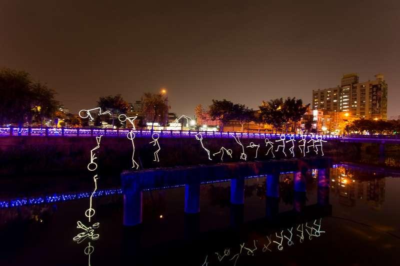 東港小鎮燈區則以「海的屏東」為主題,規劃多組燈飾及光雕劇場。(屏東縣政府提供)