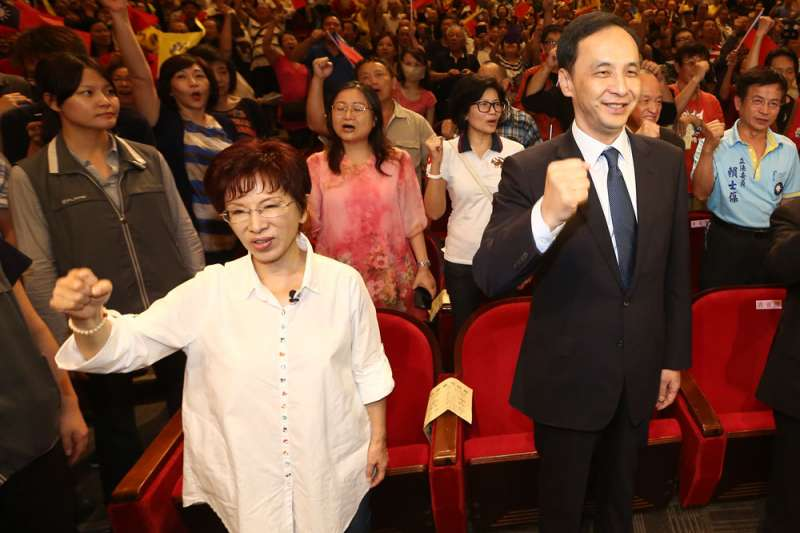 上次總統大選「換柱」,讓朱立倫(前右)得罪許多人。(新新聞資料照)