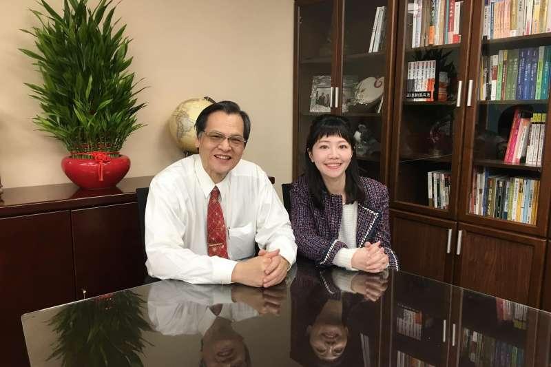 大陸委會主委陳明通(左)30日下午,與民進黨議員高嘉瑜(右)開直播,進行政策宣導。(取自高嘉瑜臉書)