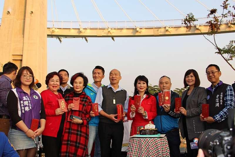 20190130-高雄市政府邀請資深女星張琍敏擔任形象代言人,圖為張琍敏和高雄市長韓國瑜合影。(高雄市政府提供)