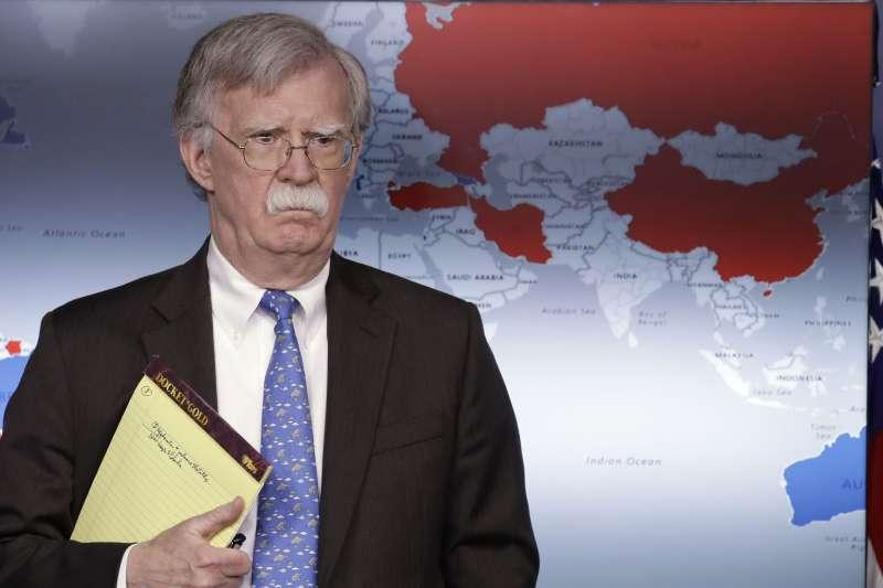 白宮國家安全顧問波頓與財政部長馬努欽在白宮舉行記者會,說明美國對委內瑞拉的經濟制裁。背後的世界地圖中國部分卻透露玄機。(美聯社)