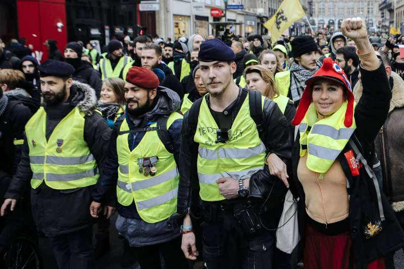 法國「黃背心」運動參與者幾乎全是白人,形成另一種族歧視問題(AP)