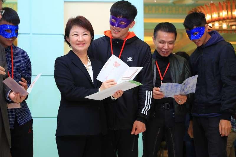 失依家庭安置兒少獻上感謝卡片給台中市長盧秀燕跟長期扶助他們的企業家藍正雄。(圖/台中市政府提供)