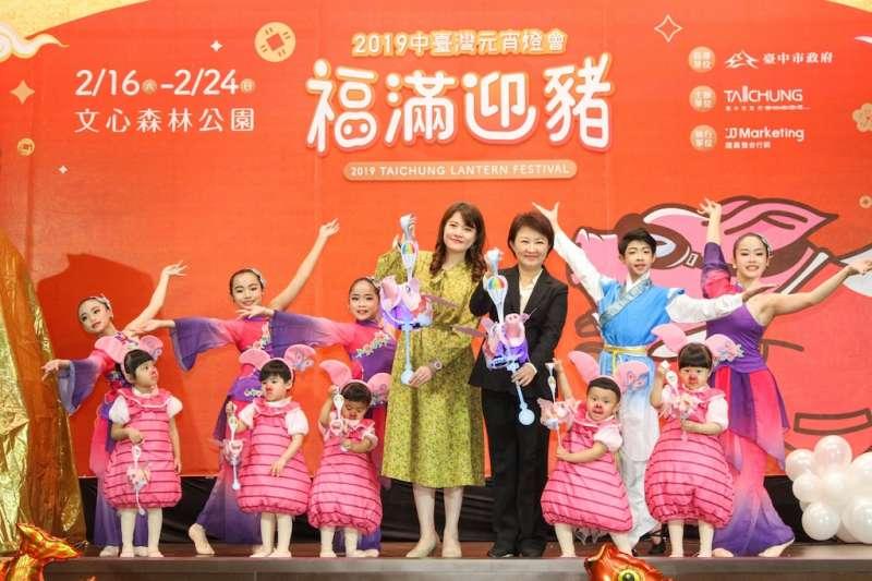 中台灣元宵燈會主燈「御天飛行豬」及限量「飛天豬小提燈」亮相。(圖/台中市政府提供)