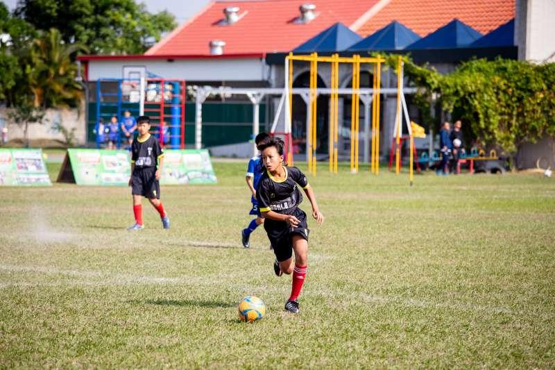 許多孩子心中都有足球夢,擁有對運動最單純的熱愛,未來站上國際舞台前進100強,別說不可能(圖/國泰世華)