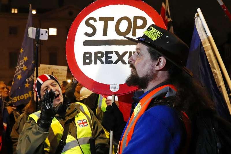 英國反脫歐支持者在國會外抗議。(AP)